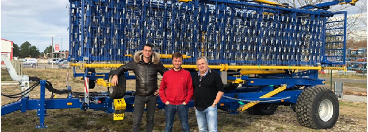 De gauche à droite : Niek JANSINGH, gérant Stecomat / Vincent AUDOY d'Agri Estuaire / Denis BOREL des Ets Agri 40 devant la première herse étrille Treffler de 27 m.
