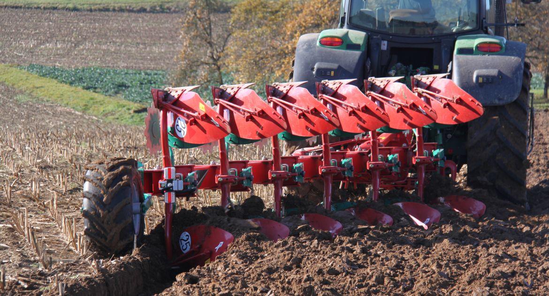 Kverneland: un nouveau versoir pour les tracteurs à pneus larges