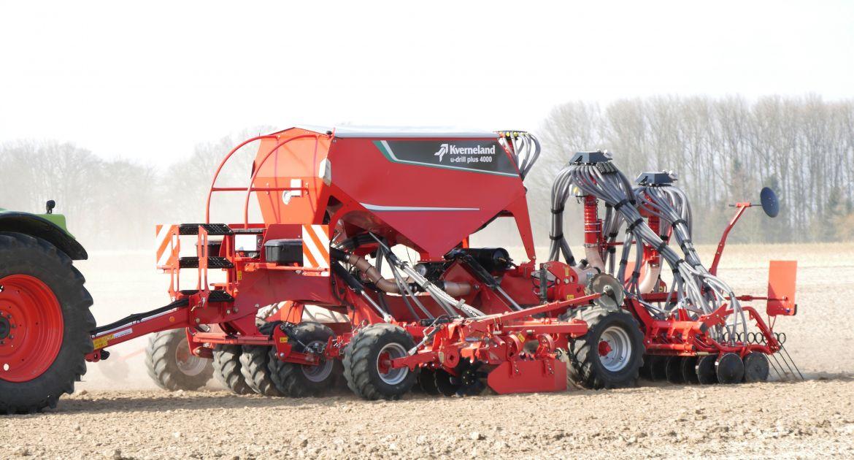 L'U-Drill Plus de 4 m accède à une double trémie de 3 000 litres. © Kverneland