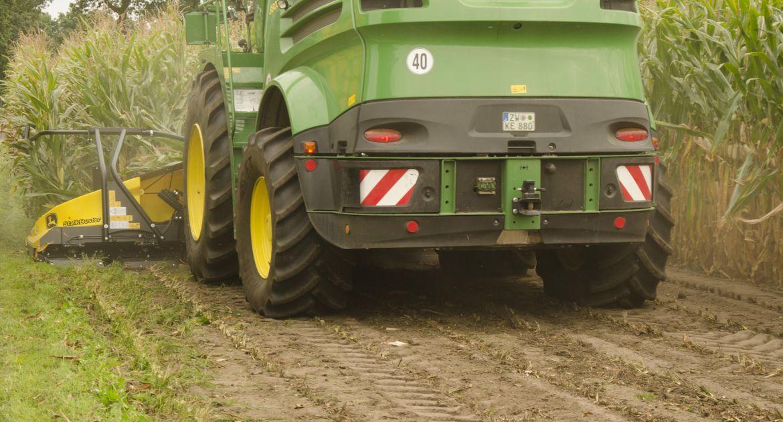 Le StalkBuster broie les chaumes directement sous la tête de récolte. © John Deere