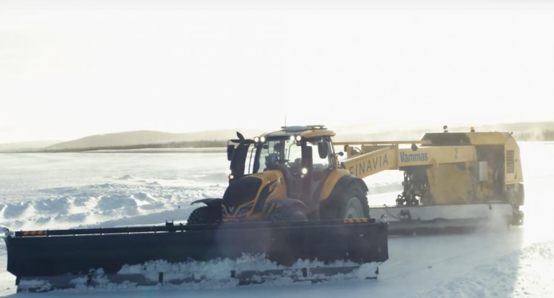 Deux tracteurs robots déneigent un aéroport en Laponie.