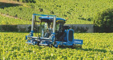 Le 9070N complète la gamme des tracteurs enjambeurs.