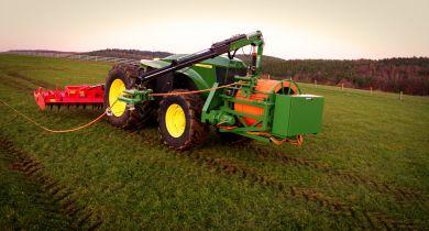 John Deere dévoile le GridCON. Ce tracteur électrique est alimenté en permanence par un câble. © John Deere