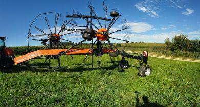 Un nouvel andaineur double rotor à andainage latéral