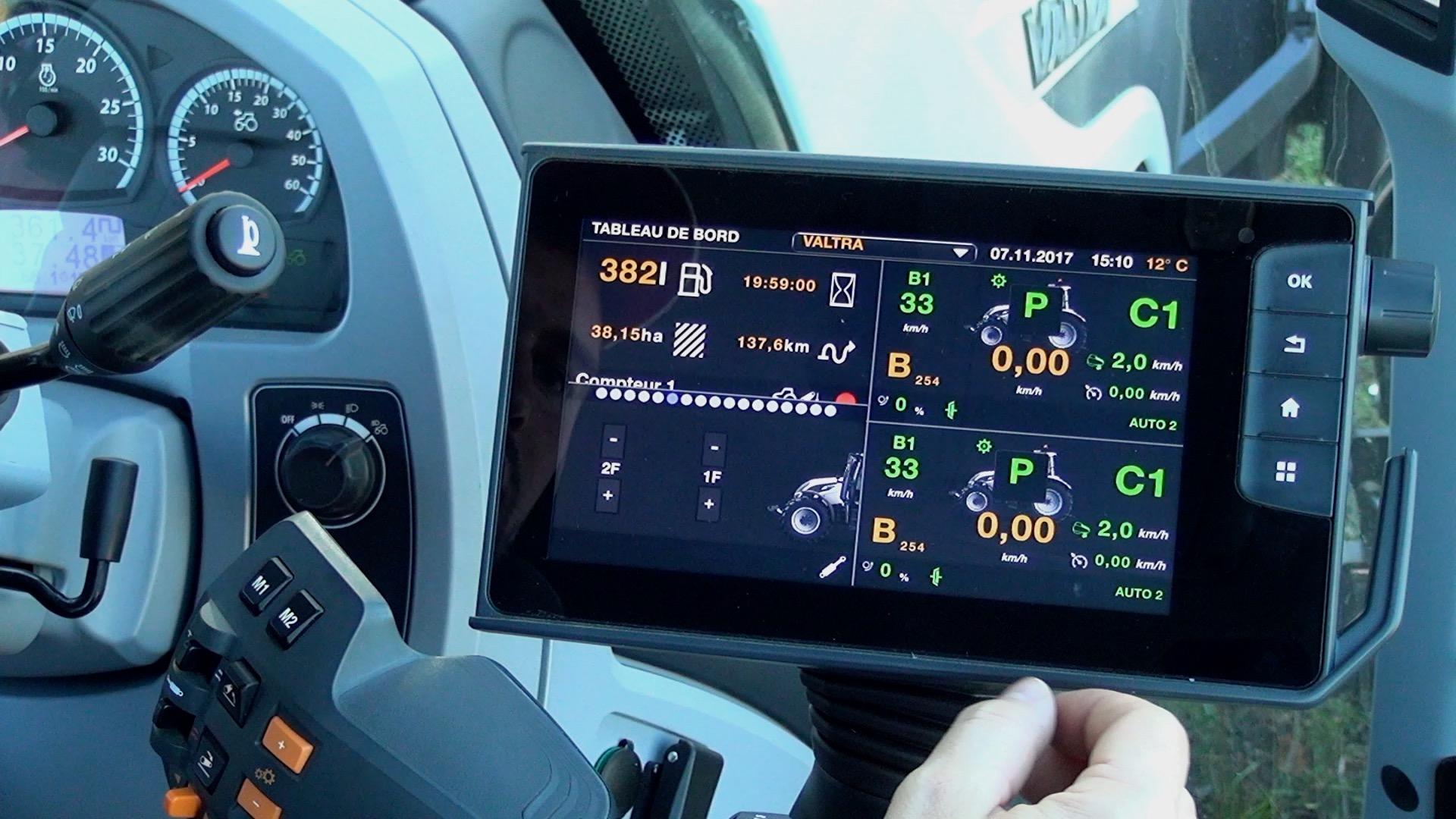Sur le bord droit de l'écran, quatre boutons complètent l'interface tactile. Celui du bas déclenche le par-tage en quatre sous-écrans.